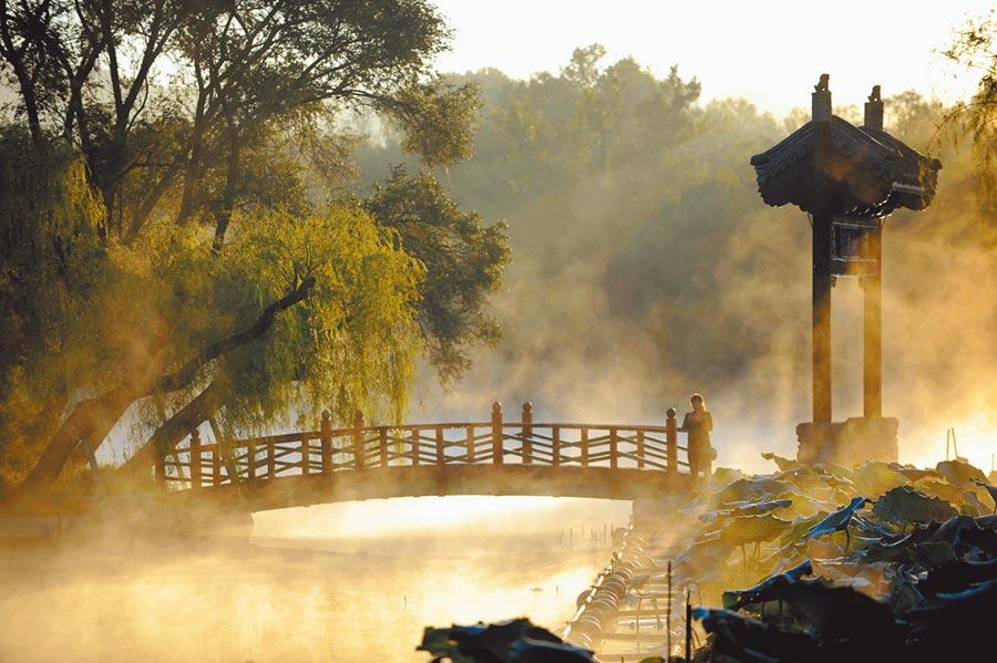 河北承德避暑山莊霧氣繚繞。(新華社)