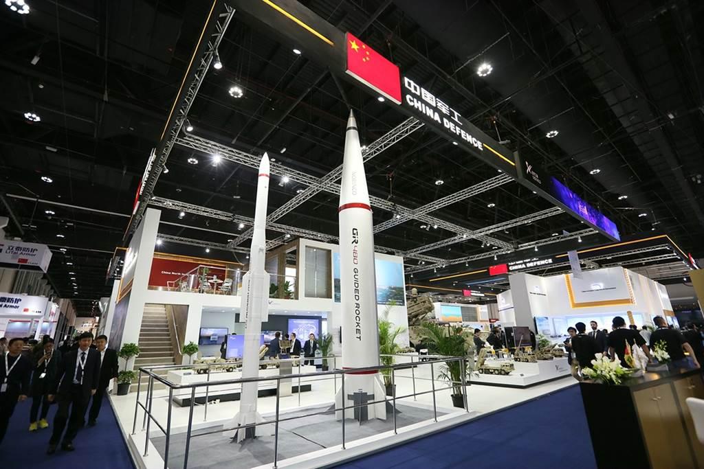 中共近幾年來積極參加或主辦國防裝備展,已初步開拓了一些未開發國家的市場,並對俄羅斯的軍備出口形成挑戰。圖為 大陸軍工業參加2019阿布扎比國際防務展。(圖/新華社)