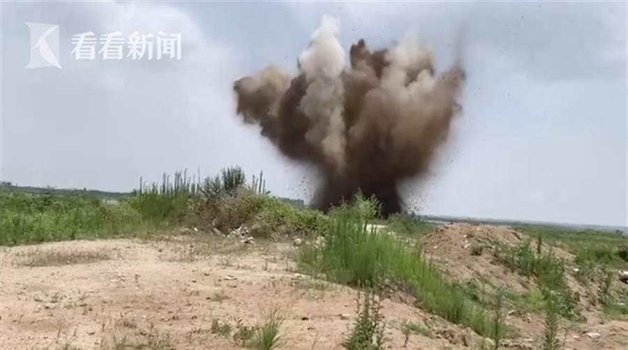 當地政府將砲彈在一個空曠地區進行安全爆破,成功銷毀100多枚砲彈。(翻攝自看看新聞)