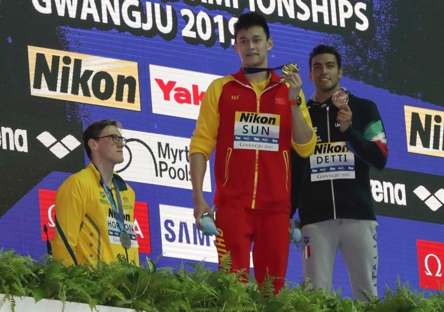 澳洲泳將霍頓(左)拒絕與孫楊(中)同台。(美聯社資料照)