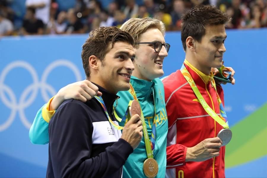 里約奧運400自由式金牌霍頓(中)、銀牌孫楊(右)、銅牌戴提合影。(美聯社資料照)