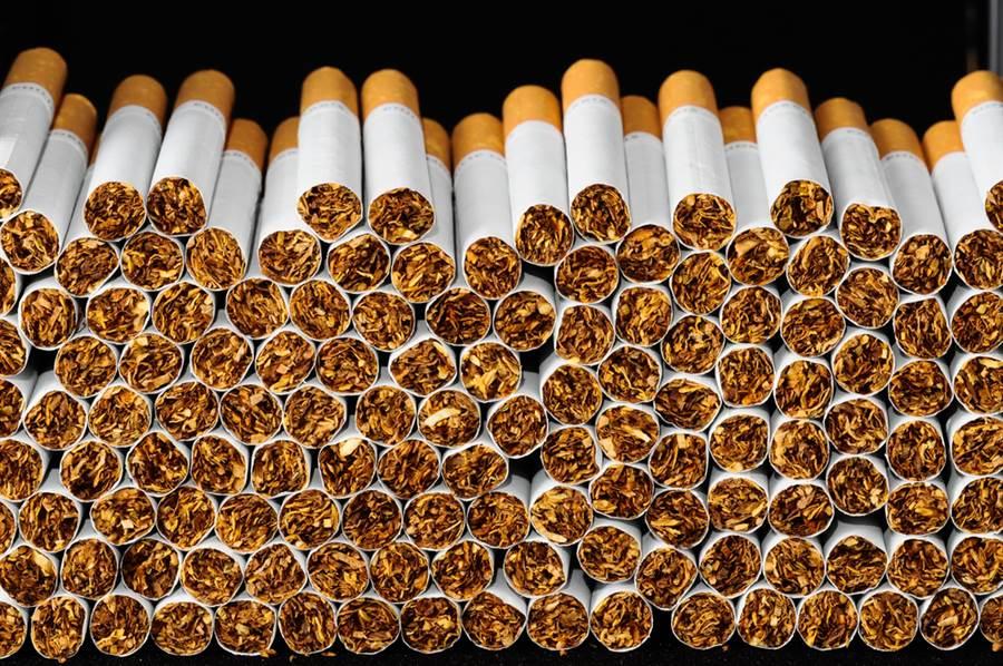 張善政問9200條千條菸要抽多久?網友答案驚人。(示意圖/達志影像)