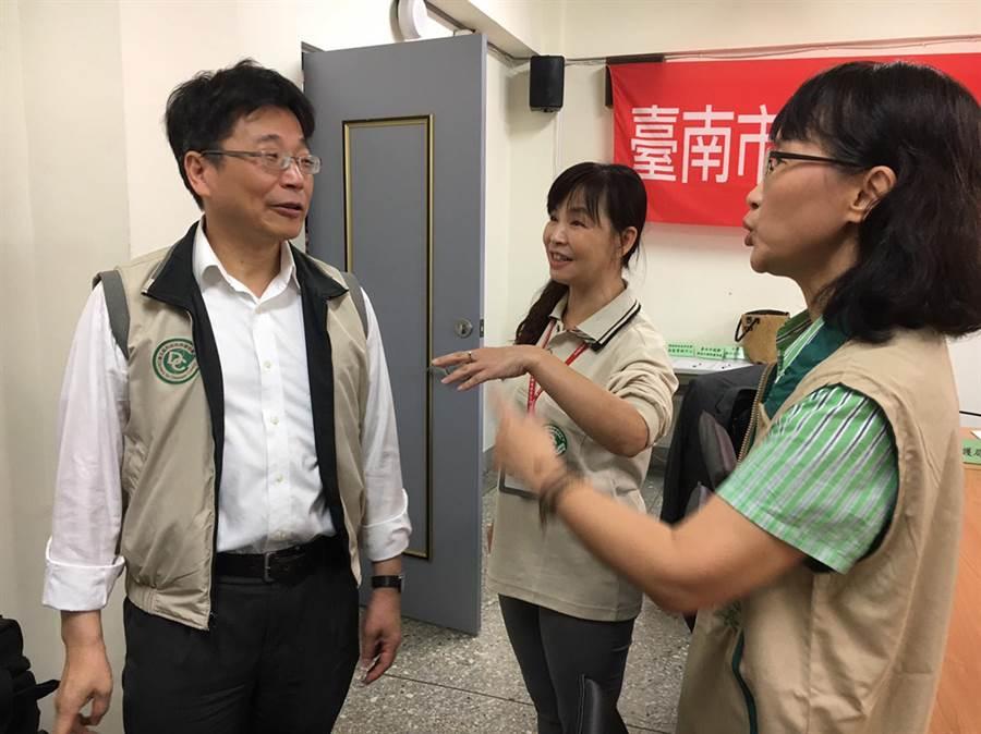 衛福部疾管署長周志浩(左)南下替台南市登革熱防疫人員加油打氣。(洪榮志翻攝)