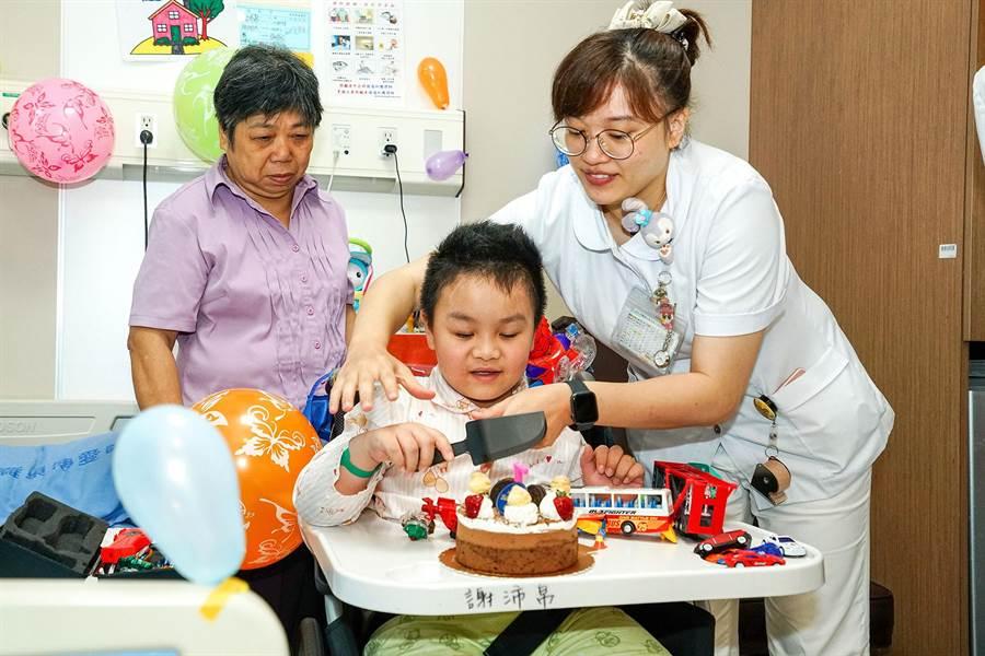 普悠瑪翻覆意外中重傷的謝沛帛,今天在羅東博愛醫院的祝福下,歡度7歲生日。(李忠一攝)
