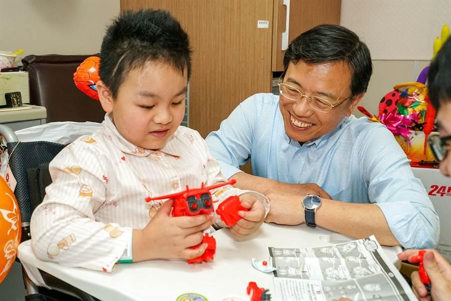 台鐵局長張政源(右)為謝沛帛慶生後,還與謝一起組合玩具,並允諾台鐵會負起完全責任。(李忠一攝)