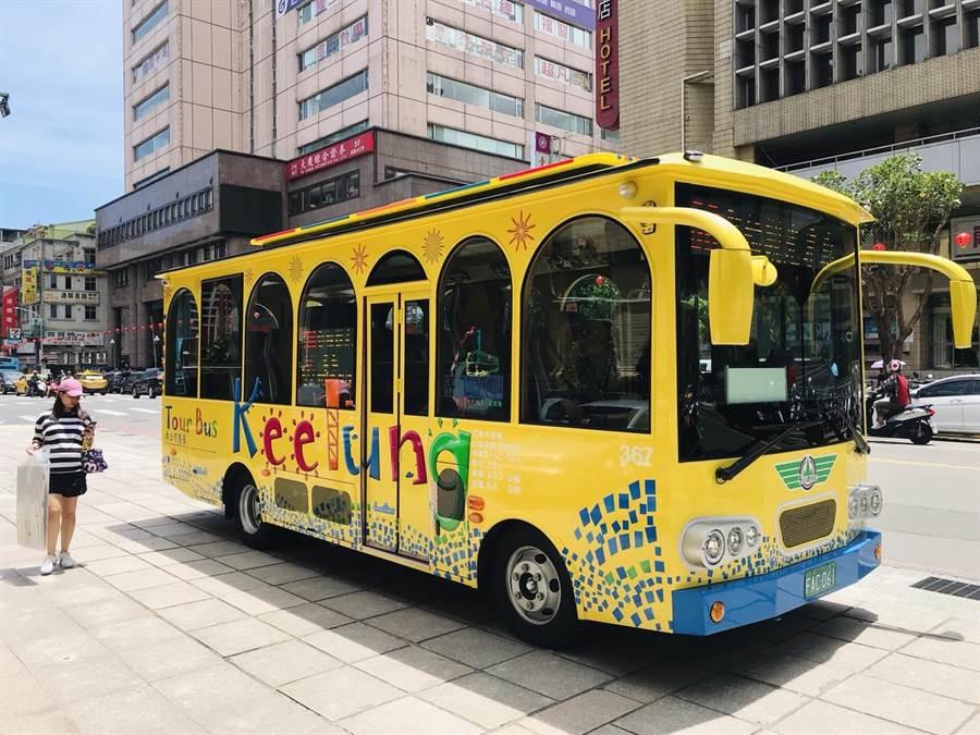 基隆市政府推出全國首創郵輪觀光專車,並將配合明(24)日鑽石公主號進港時正式上路,遊客可購買一日乘車券,暢遊基隆各大景點。(張穎齊攝)