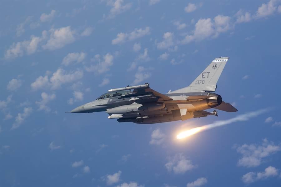 美方即將批准F-16對台軍售案,這是27年來美方首度同意售我新戰機,也是我國空軍本世紀首次籌獲主戰兵力,國防上意義重大。(圖/美國空軍)