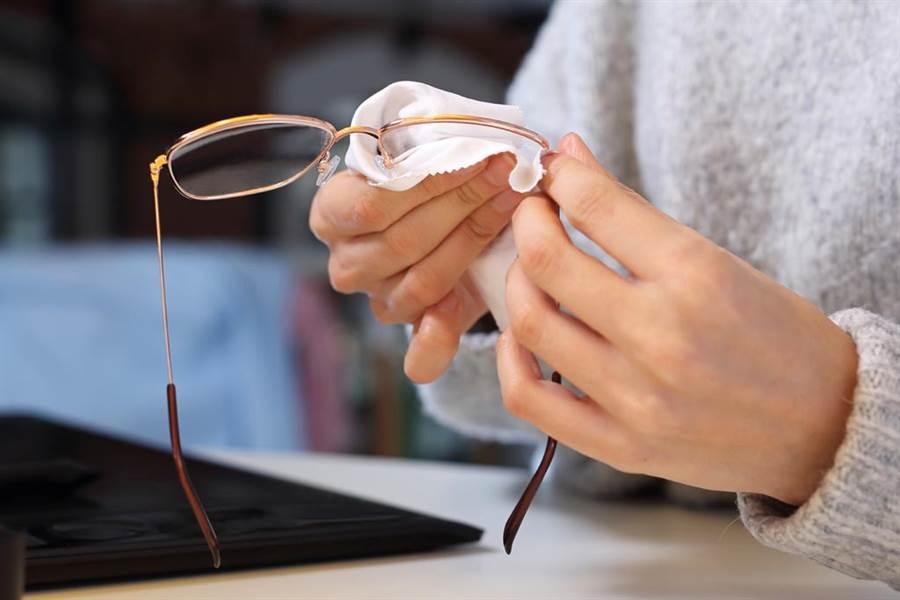 眼鏡布不能擦鏡片!真正功能是…(圖/達志影像)