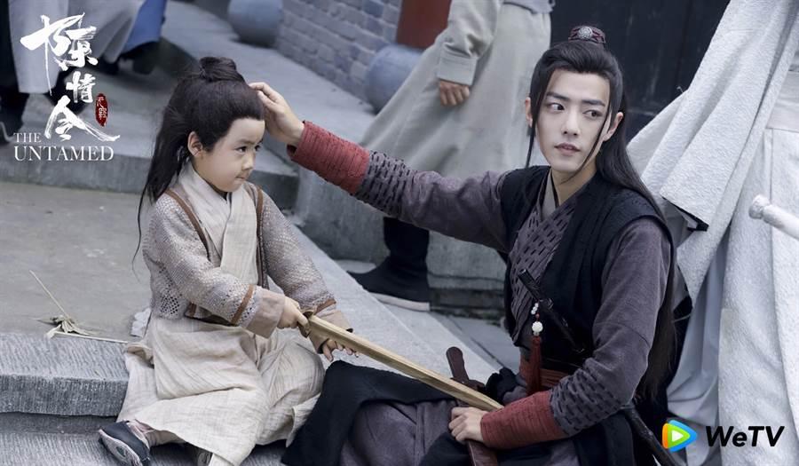 肖戰(右)在《陳情令》打趣說是男童的親生父親。(圖/WeTV 提供)