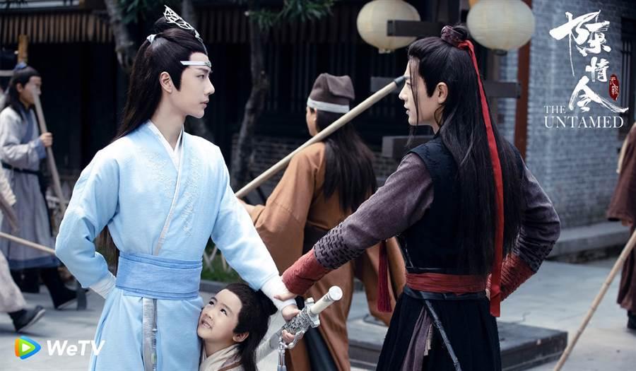 王一博(左)與肖戰(右)兩人在《陳情令》,網虧畫風突變為母子情。(圖/WeTV提供)