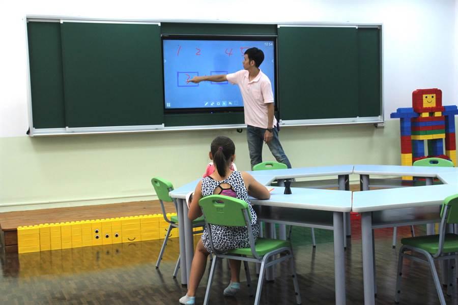 花蓮縣波斯頓國際實驗教育機構採用電子黑板,課程也附有QRcode,學生可以輕鬆回家複習,家長也能同步得知教學進度。(張祈攝)