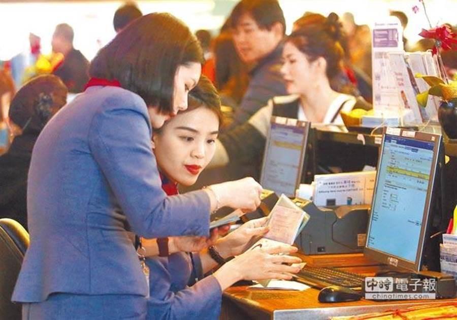 中華航空地勤人員不滿華航陸續將業務外包給子公司,於上月17日發起「反外包」連署。(報系資料照)