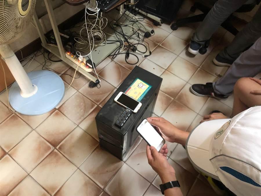 警方在台南查獲色情網站主機等贓證物。(林郁平翻攝)