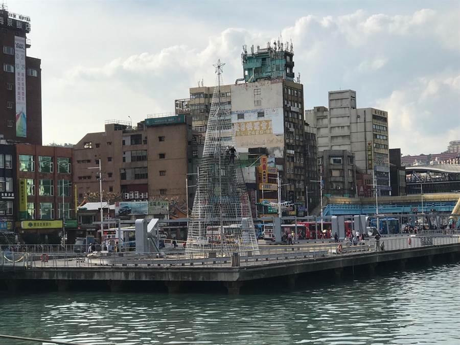 基隆海洋廣場一個上午,就接連發生1女1男跳港,造成1死1獲救。(張穎齊攝)