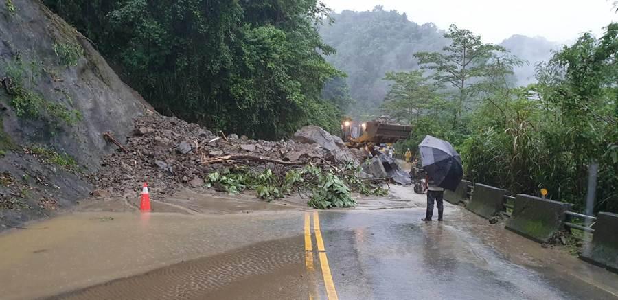 台18線36.6公里處發生落石坍方,雙向無法通行。(張亦惠翻攝)