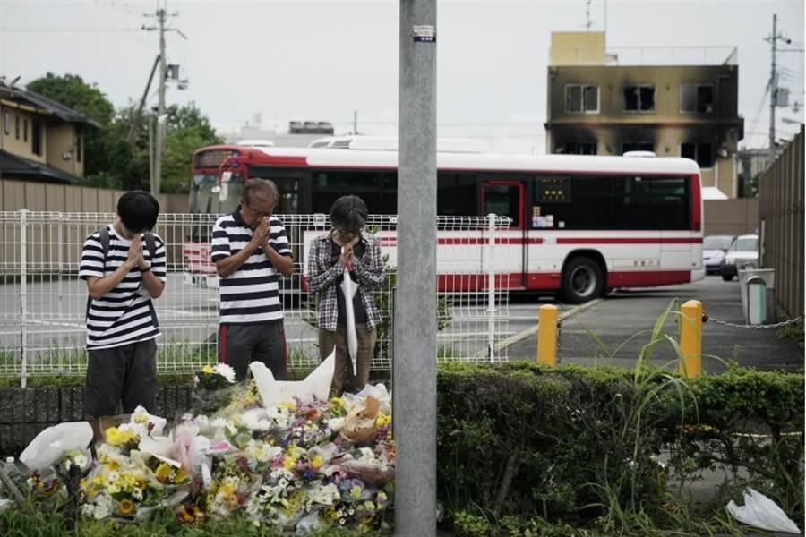 日本京都動畫公司(京阿尼)位在京都市第1工作室18日遭41歲犯嫌青葉真司縱火,釀34死34傷慘劇。圖為民眾於遭縱火的京都動畫工作室旁祈禱。(美聯社)