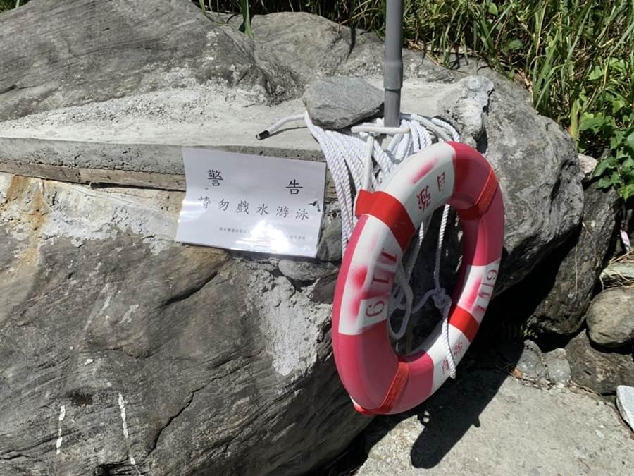 砂婆礑溪溺水意外頻傳,花蓮縣消防局派員裝設救生圈,希望防患於未然。(花蓮縣消防局提供)