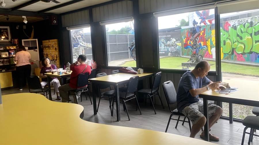 金鋼基地設咖啡雅座,讓遊客休憩聊天。(廖志晃攝)