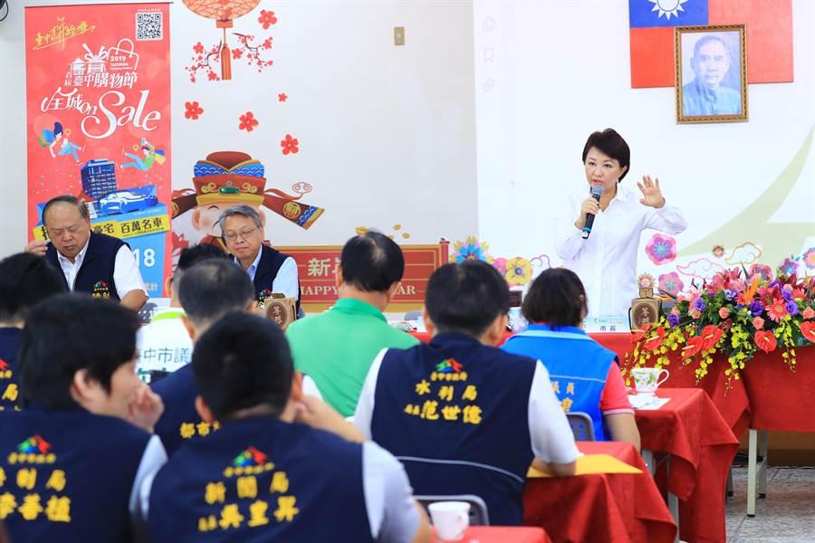 台中市長盧秀燕主持外埔行動市政會議,當地里長反映大甲火葬場的回饋金分配不公。(王文吉攝)