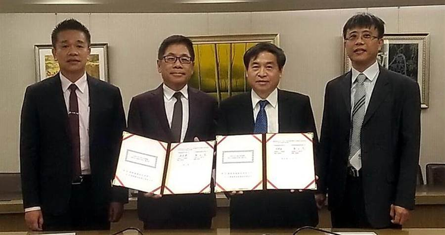 (台船董事長 鄭文隆(右2)與德翔董事長陳德勝(左2)簽約,將在6艘台船的1800 TEU級全貨櫃輪脫硫器。圖/台船)