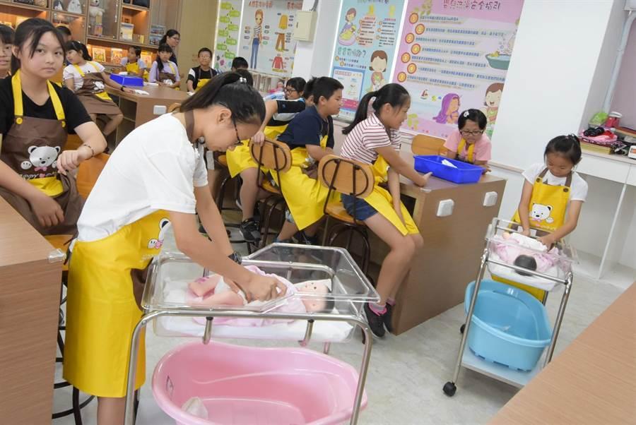 大同國中彰化縣大同國中職探中心23日辦理「奶爸奶媽初體驗」課程。(謝瓊雲攝)