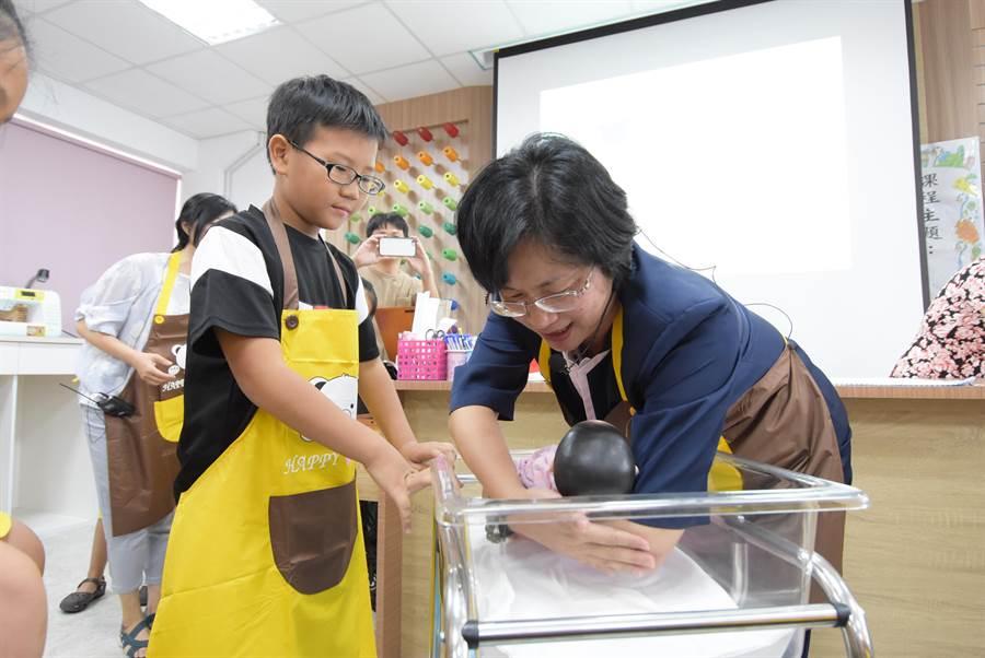 彰化縣大同國中職探中心23日辦理「奶爸奶媽初體驗」課程。(謝瓊雲攝)