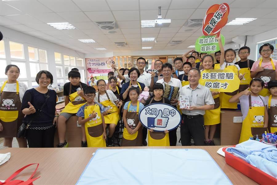 大同國中職探中心去年7月26日揭牌啟用以來,已開辦約80場次育樂營、共有2300名學生參加體驗,探索自身職業性向。(謝瓊雲攝)