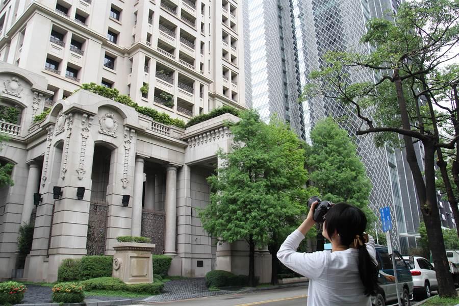台中市出現總獎金近百萬元的建築物攝影比賽,吸引很多人到7期拍豪宅建物。(盧金足攝)