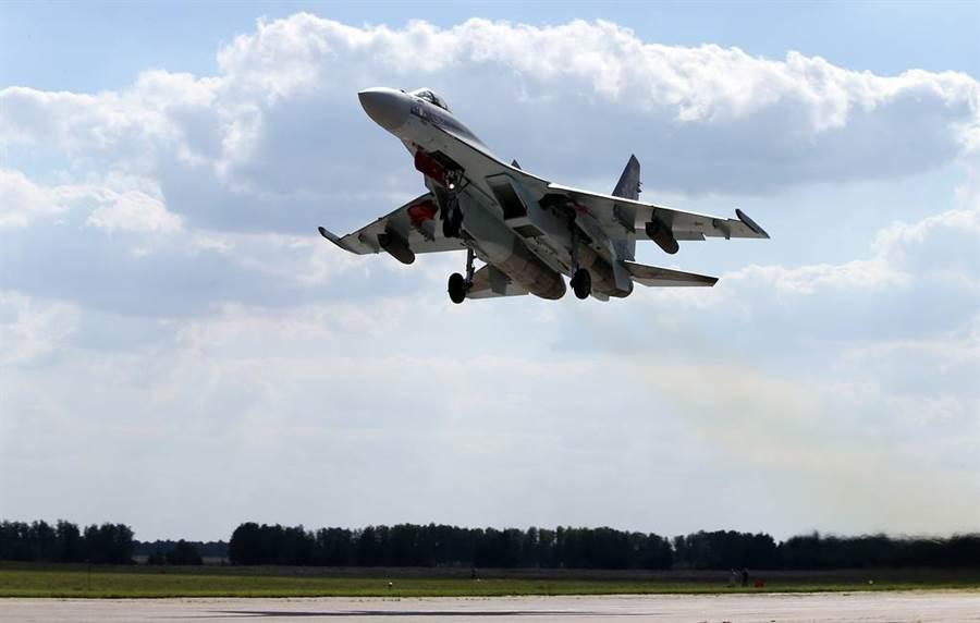 中共已開始量產殲-20,仍然還是會需要再向俄羅斯購買蘇-35戰機,主要原因在國產發動機量產趕不上各型戰機換代需求,俄羅斯可能是因此才向中共建議再購入蘇-35。(圖/塔斯社)
