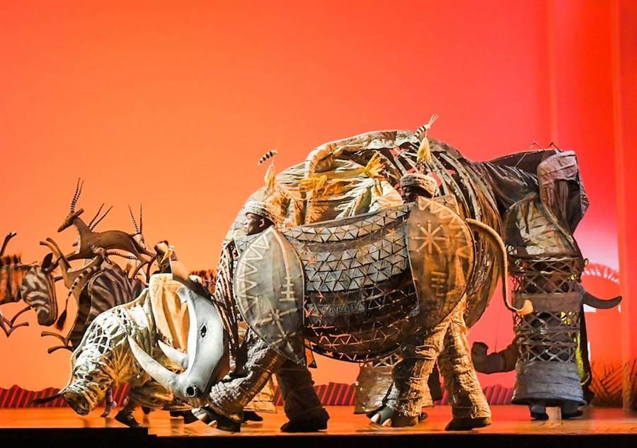 音樂劇《獅子王》以33個大貨櫃運來道具、佈景、服裝,與高規格的硬體設備。(盧禕祺攝)
