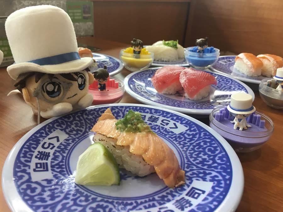 「藏壽司」永和比漾店限定柯南--怪盜基德Q版造型趴偶(左),限量5名;期間限定香檸炙烤生鮭魚(右)1貫40元。(郭家崴攝)
