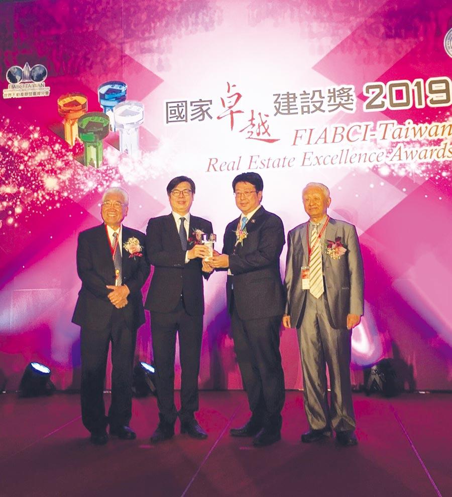 行政院副院長陳其邁(左二)頒發本屆年度建築人物獎給瑞助營造董事長張正岳(右二)。圖/江偉琳