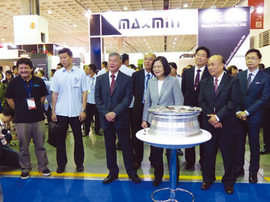 iMTduo化身為亞洲重量級智慧製造展出平台,2018年舉辦時吸引蔡英文總統前往參觀。圖/莊富安