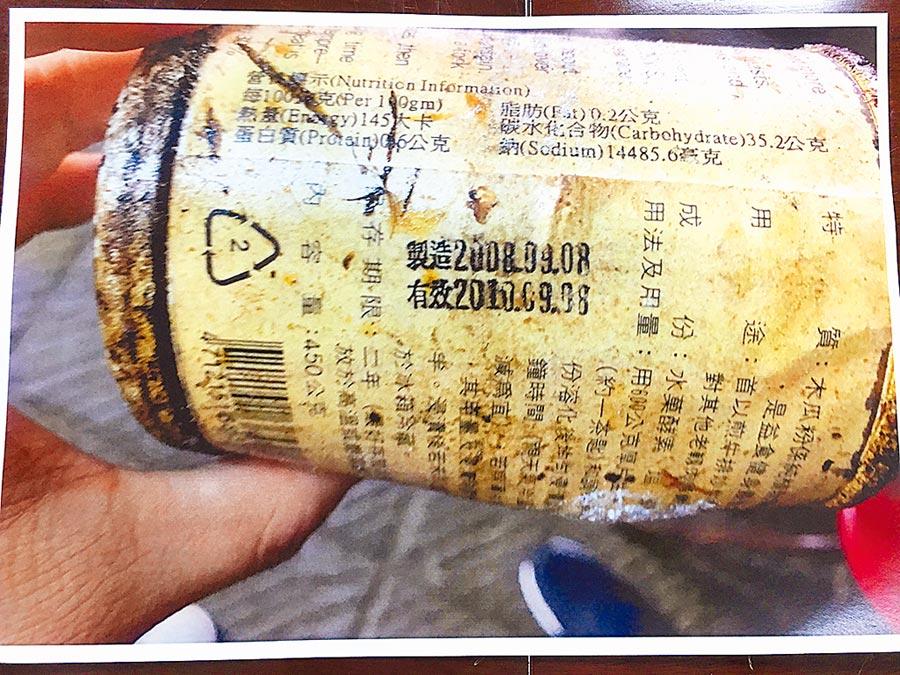 位於新北市廣香龍華樓使用逾期食材最多,桃園豐瑤川菜館的嫩精(木瓜粉)逾期達9年之久。(消保處提供)