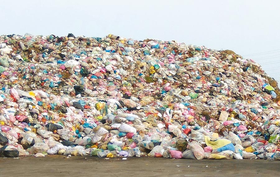 雲林縣斗六市垃圾轉運站置放2萬多公噸垃圾。(許素惠攝)