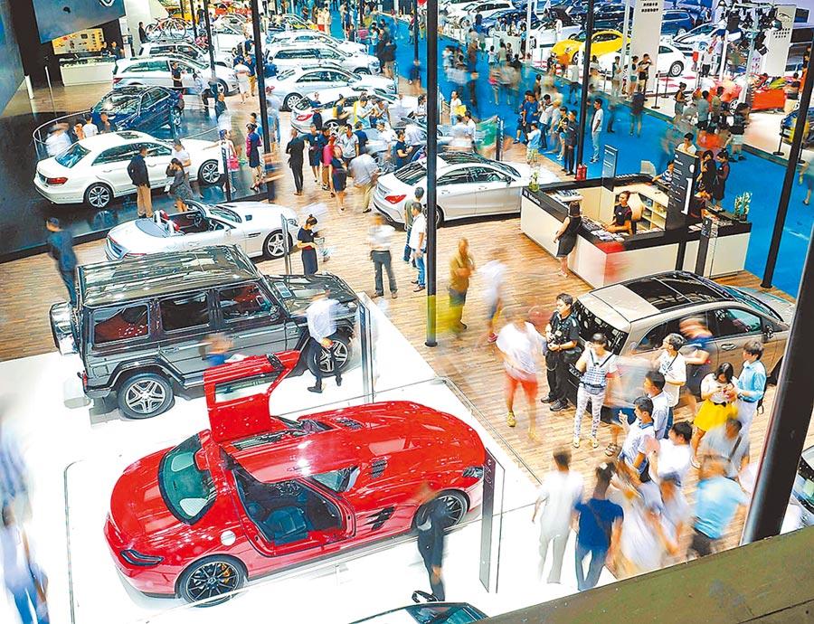 人工智慧連結保險業,有利建構完整的車後服務生態圈。圖為觀眾在第5屆西安國際車展上參觀。(新華社資料照片)