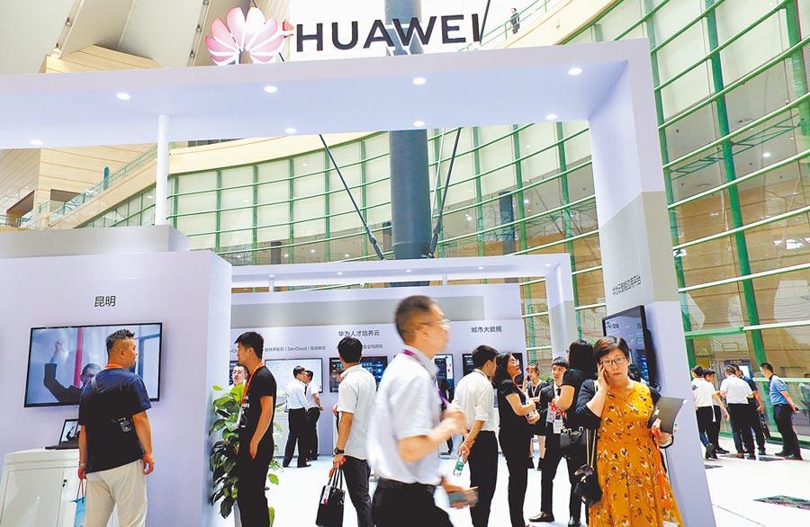 鄭州民眾參觀人工智慧產業峰會的華為展台。(中新社資料照片)