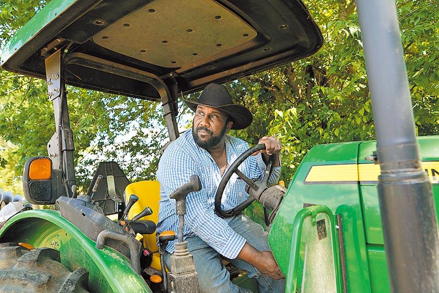 播種進入倒數計時,美國豆農焦慮加劇。圖為5月15日在美國維吉尼亞州,豆農約翰.博伊德在自己的農場裡。(新華社)