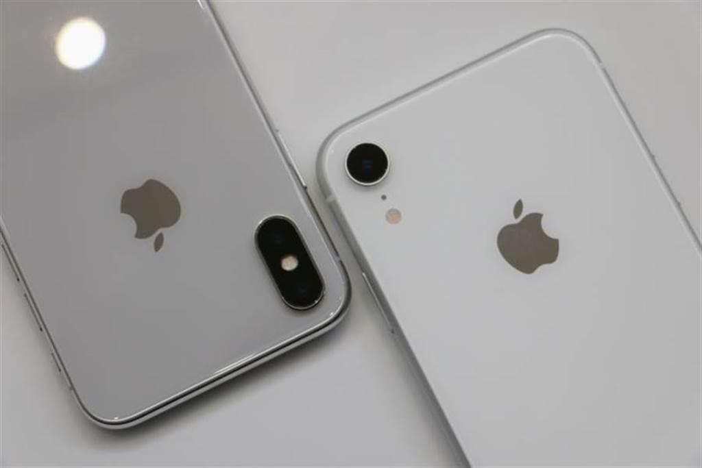 iPhone X銀色與iPhone XR白色(右)。(圖/黃慧雯攝)