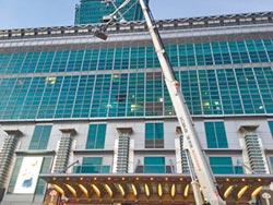 台北101吊掛換燈 工人墜樓亡