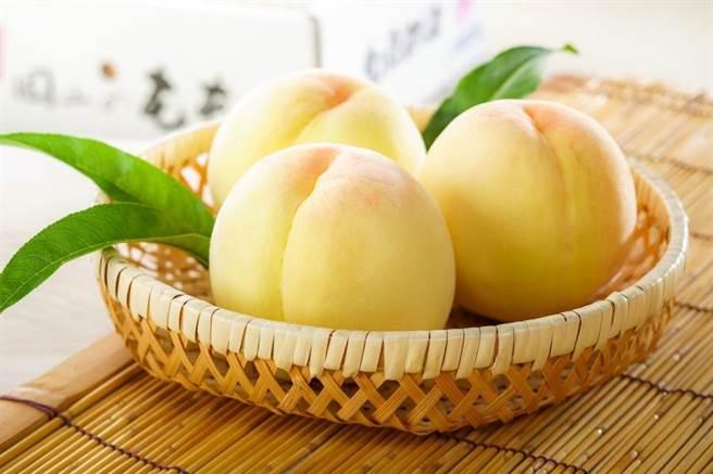 微風超市岡山清水白桃禮盒2kg,6顆至8顆6000元。(微風超市提供)