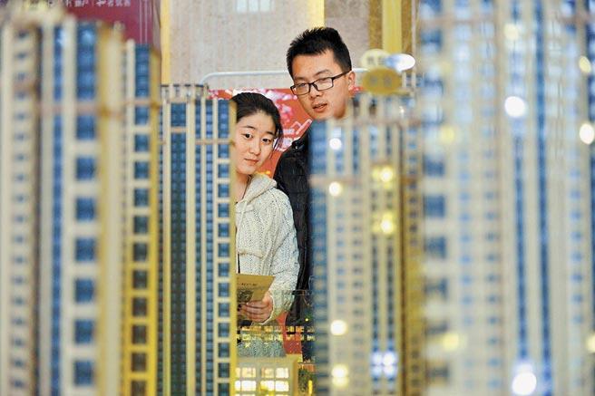 在深圳、杭州、長沙等9個城市,女性平均購房年齡均小於男性。圖為山西太原年輕人在看房。(中新社資料照片)