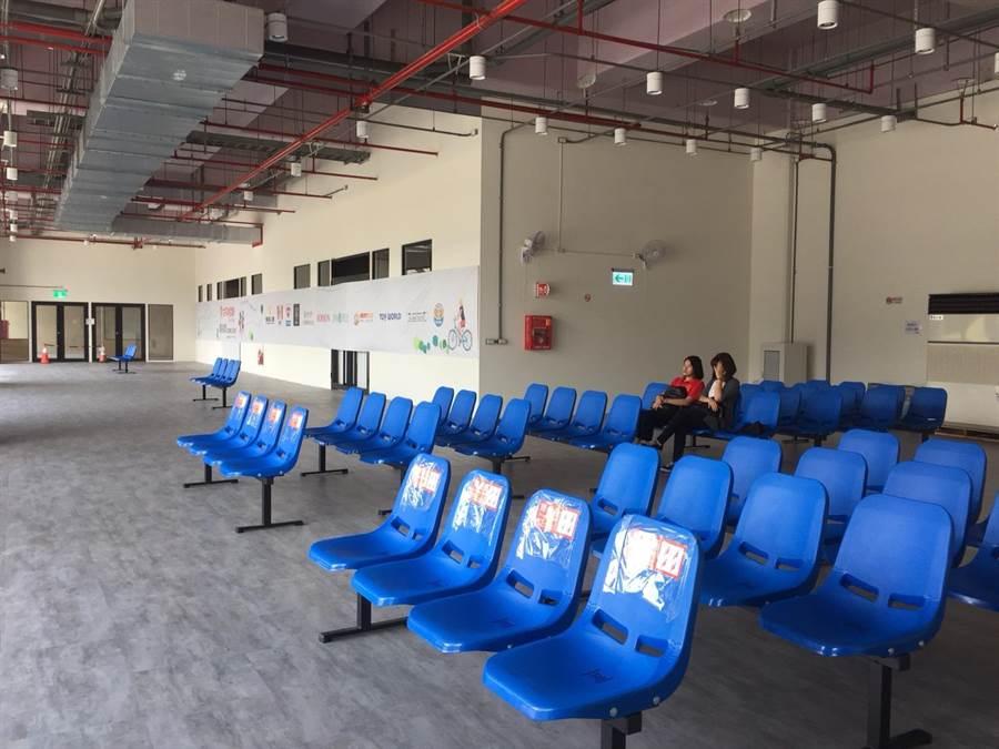 潮州轉運站偌大的百坪候車空間除了座椅外別無他物,不少乘客覺得「空虛」,潮州鎮公所見此有意與屏東客運合作打造成文化藝廊。(謝佳潾攝)