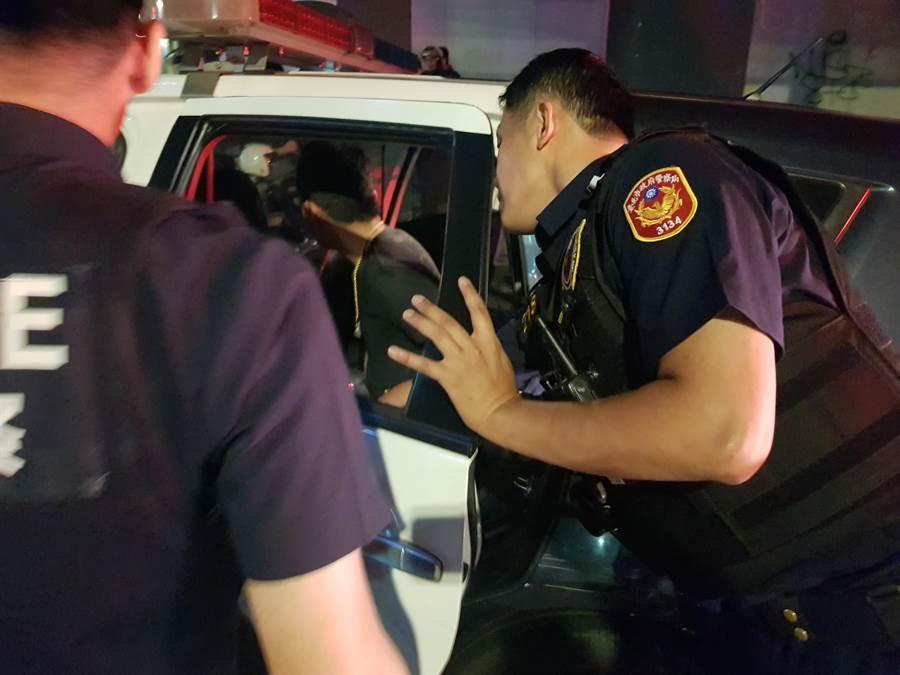谢姓男子当街抽K烟还与友人呛警,被优势警力团团包围,带回警局侦办。