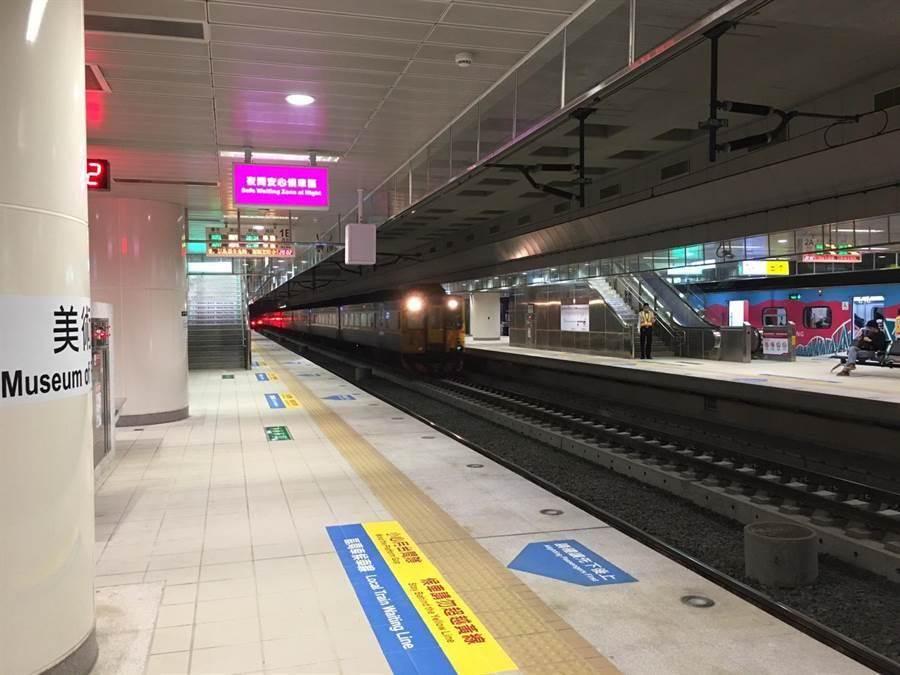 台鐵產工指出,高雄地下化車站在列車行駛後瀰漫廢氣。(台鐵提供)
