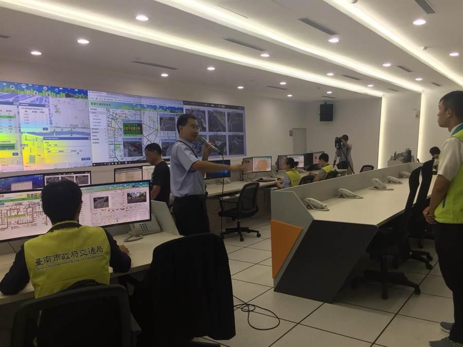 大台南智慧交通中心可以掌握台南市交通行車狀況、公車動態及停車資訊,更涵蓋T-bike等各項運具監控。(曹婷婷攝)