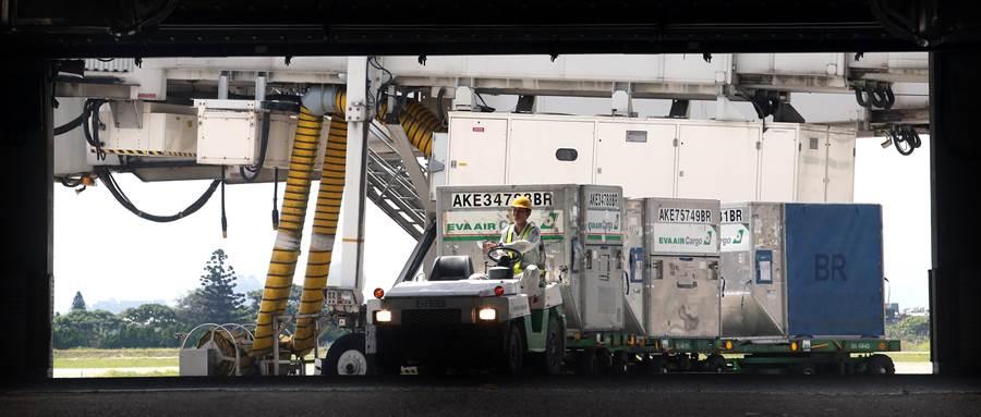 圖為1名地勤人員23日在機坪管制區內運送貨物。非當事人。(資料照,范揚光攝)