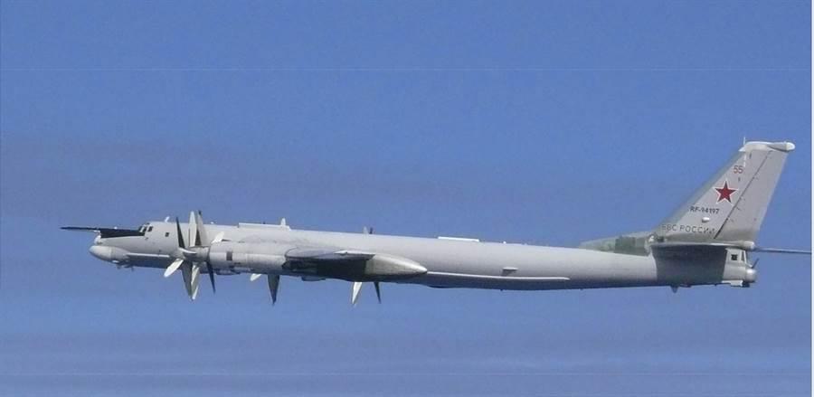 俄羅斯圖-95轟炸機23日在日本海附近飛行的畫面。(美聯社)