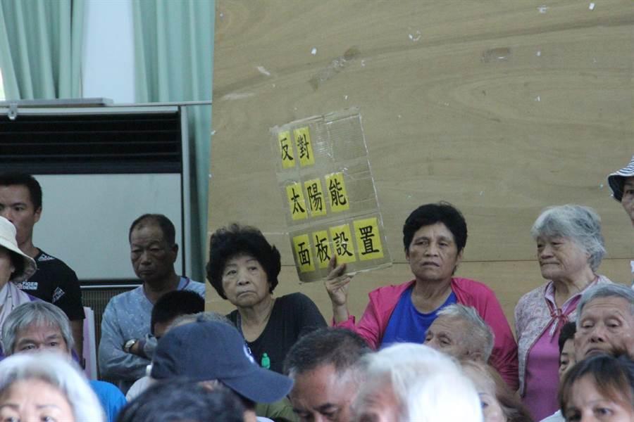 反對民眾也自製牌子表達意見。(張祈攝)