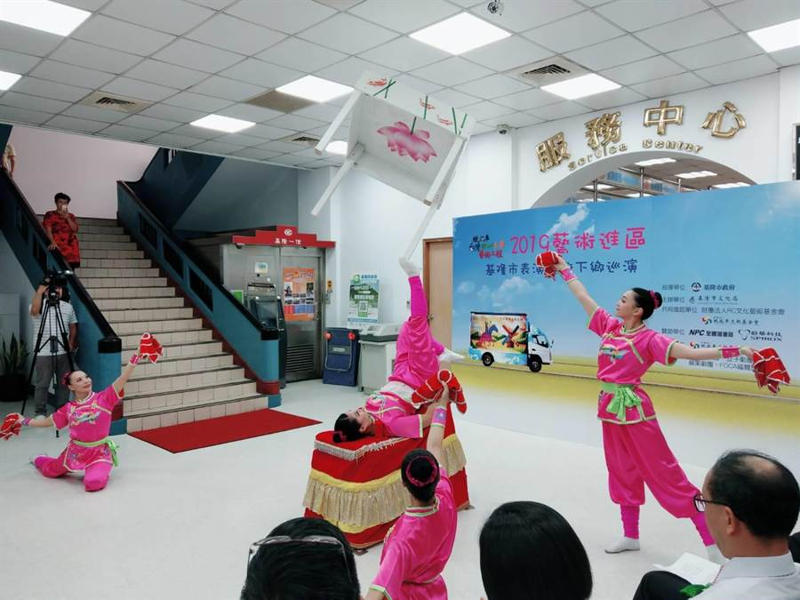 基隆市文化局規畫「藝術進區」活動,推出高難度特技雜耍等精彩演出,26日至8月24日共舉辦7場,分別在基隆市7個行政區的學校上演。(張穎齊攝)